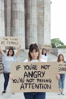 변화를 위해 함께 행진하는 젊은 운동가