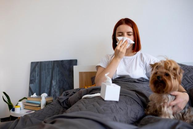 病気に苦しんでいる自宅で若い大人