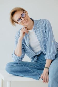 若い大人の美しいヨーロッパの女性モデルは白人女性の肖像画をポーズします