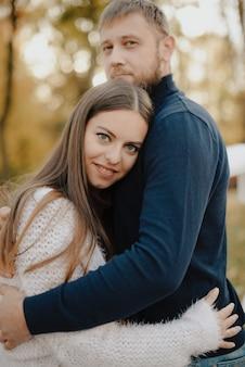 秋の公園で恋をしている若い大人のカップル