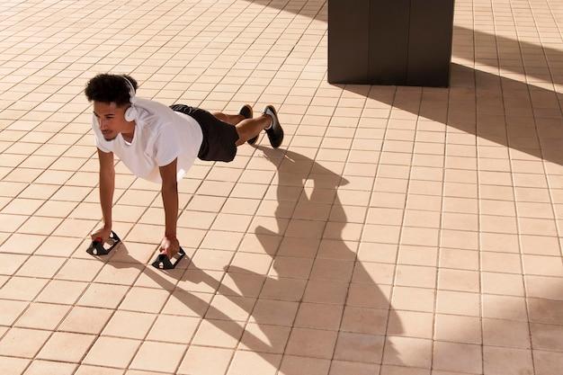 야외 피트니스를 하는 젊은 성인