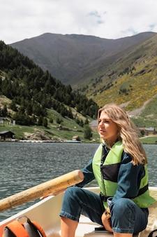 강에서 카약 카누를 즐기는 젊은 성인