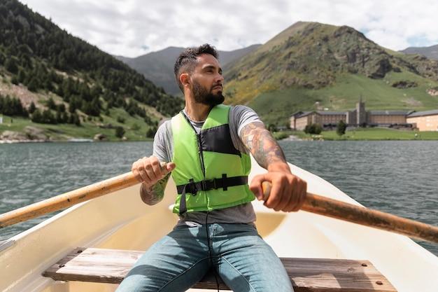 강에서 카약 카누를 즐기는 젊은 성인 프리미엄 사진