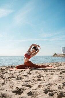 ピジョンの若い大人の女性が朝、ビーチでポーズ、選択的な焦点
