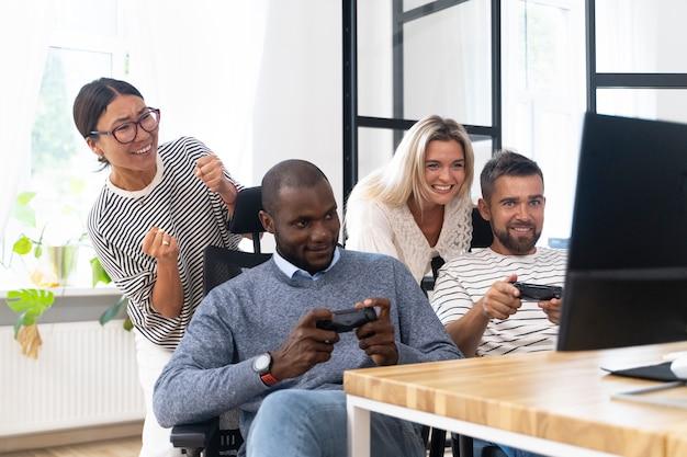 Giovani amici adulti che si divertono mentre giocano ai videogiochi