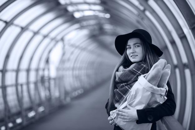 橋の建築トンネルで若い大人の女の子