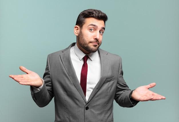 젊은 성인 잘 생긴 사업가 의아해하고 혼란스럽고 정답이나 결정에 대해 확신하지 못하고 선택을하려고합니다.