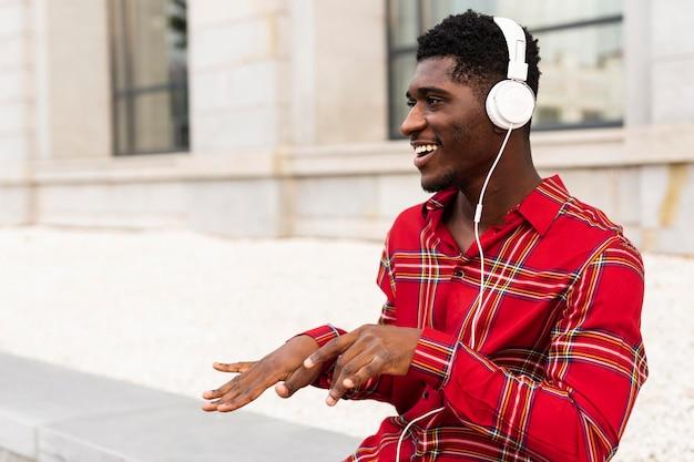 Молодой человек в красной рубашке танцует средний выстрел