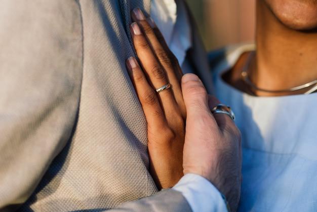 ビーチで若い大人の異人種間のカップル、海岸でカジュアルな服を着た白人男性とアフリカ系アメリカ人女性、バレンタインデー