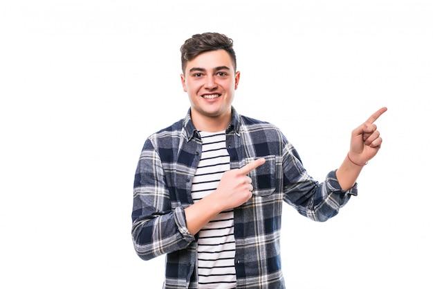 若い成人男性wth黒い髪が白い壁でポーズ