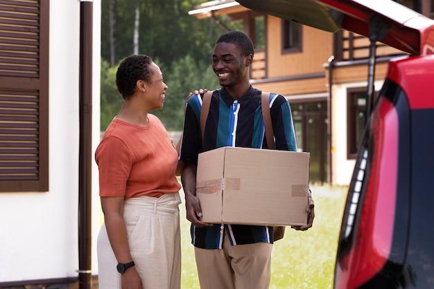 Молодой человек переезжает из дома своих родителей