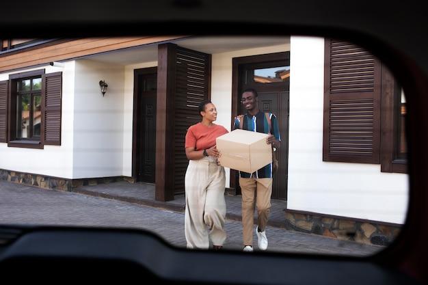 Giovane adulto che si trasferisce dalla casa dei suoi genitori