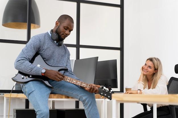 Молодой человек играет на гитаре