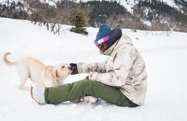 彼の犬と遊ぶ若い大人
