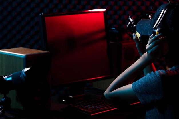 Молодые взрослые подкастеры транслируются в прямом эфире на подкасте. женщина соединяет социальные сети с профессиональным оборудованием, таким как игровая клавиатура для киберспорта, мышь, монитор, динамик, камера, студия.