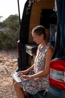 旅行中にデジタルデバイスを使用する若い大人