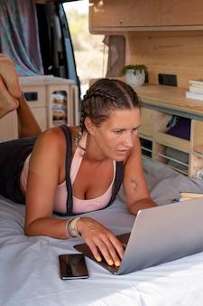 여행하는 동안 디지털 장치를 사용하는 젊은 성인