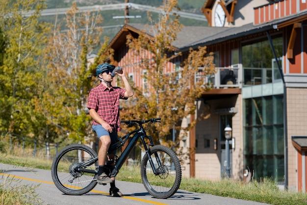 시골에서 전기 자전거를 사용하는 젊은 성인