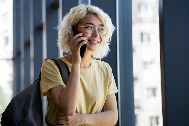 Giovane adulto che usa il suo telefono cellulare