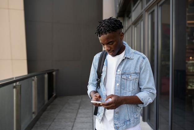 Giovane adulto che usa il suo dispositivo digitale