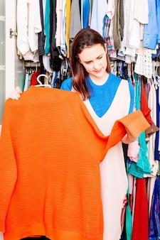 春夏服のワードローブを片付ける若い大人の女性。コンセプトの女性のファッション