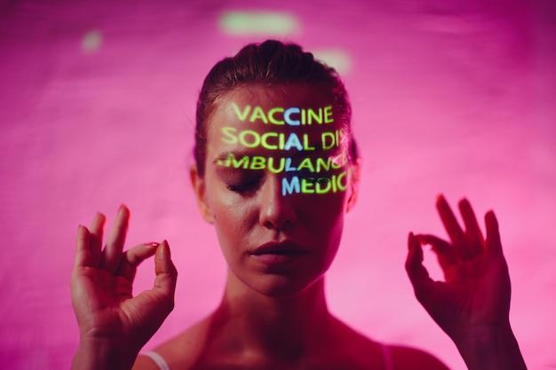 얼굴에 백신 사회적 거리 구급차와 의료 보험이라는 단어로 구성된 calm이라는 단어가 있는 젊은 성인 여성