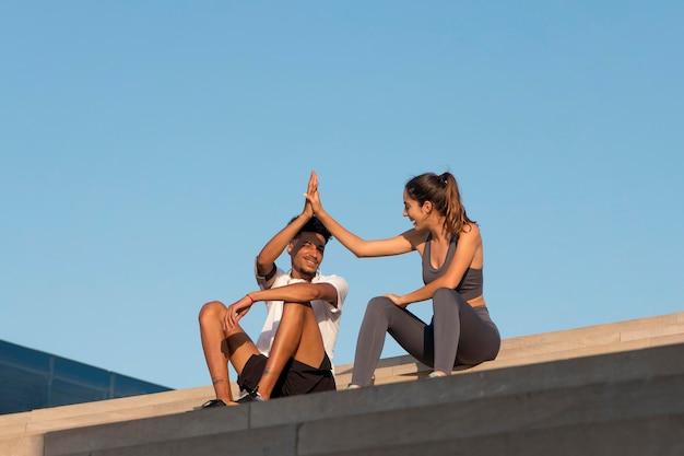 야외 피트니스를 하는 젊은 성인들 무료 사진