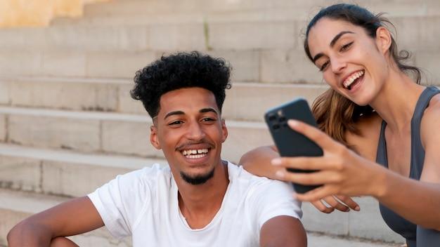 야외 피트니스를 하는 젊은 성인들