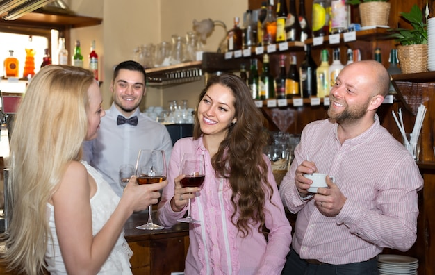 Молодые люди в баре