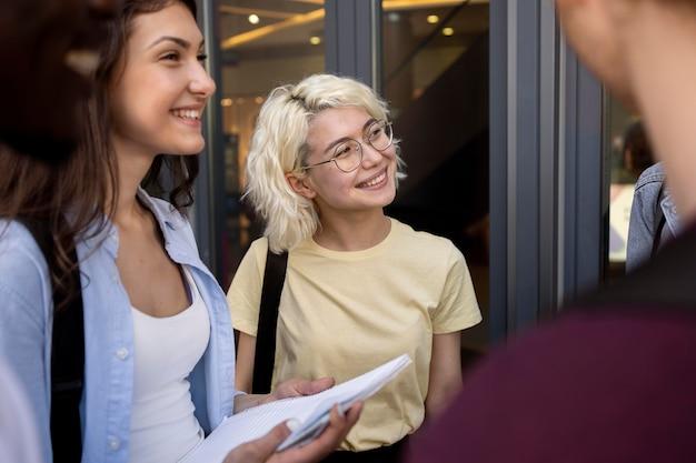 Молодые люди встречаются, чтобы учиться