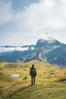 높은 산에서 트레킹하는 모험을 좋아하는 어린 소년 라이프스타일 휴식과 자유