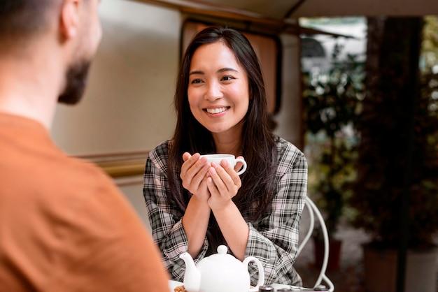 若い冒険的なカップルと笑っている女の子