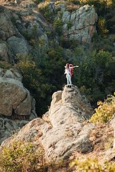 협곡 근처 젊은 모험 여자