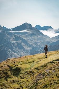 높은 산에서 트레킹하는 젊은 모험가 여성 라이프 스타일 휴식과 자유