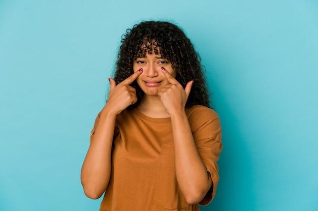 若いアフリカ系アメリカ人のアフロ女性は、泣き、何かに不満、苦痛と混乱の概念を分離しました。
