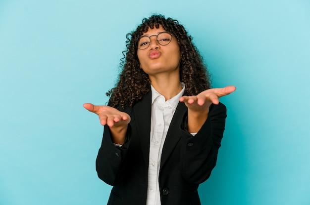 젊은 아프리카 계 미국인 아프리카 여자 절연 접는 입술과 공기 키스를 보내 손바닥을 들고.