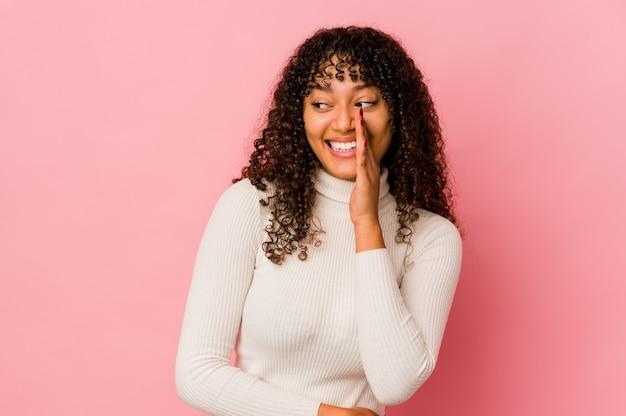 고립 된 젊은 아프리카 계 미국인 아프리카 여자는 비밀 뜨거운 제동 뉴스를 말하고 옆으로보고