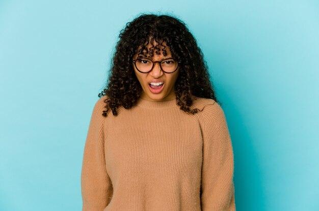 Молодая афро-американская афро женщина изолировала кричать очень сердито, концепция ярости, разочарование.