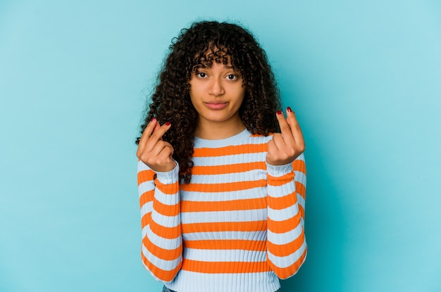 Молодая афро-американская афро-женщина изолирована, показывая, что у нее нет денег.