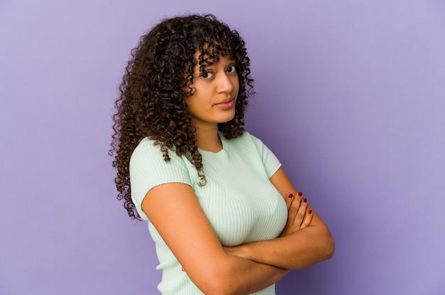 Молодая афро-американская афро-женщина изолировала подозрительную, неуверенную, изучая вас.