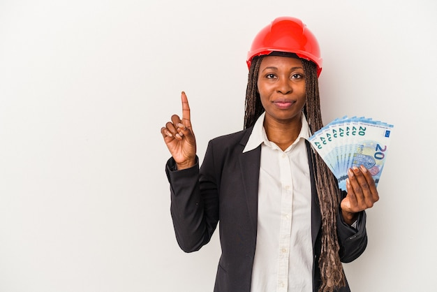指でナンバーワンを示す白い背景で隔離の手形を保持している若いアフリカ系アメリカ人建築家の女性。
