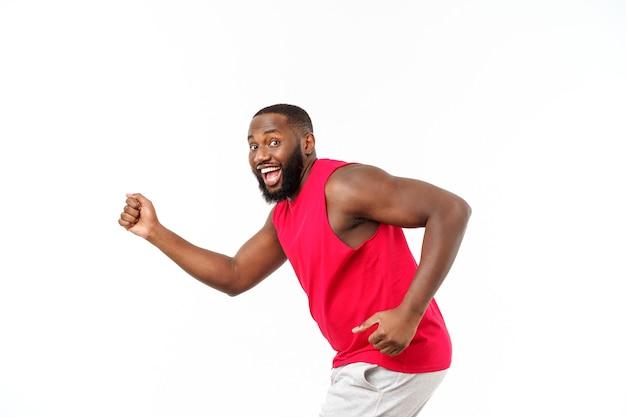 젊은 아프리카계 미국인 선수 역주에 고립 된 흰색 배경.