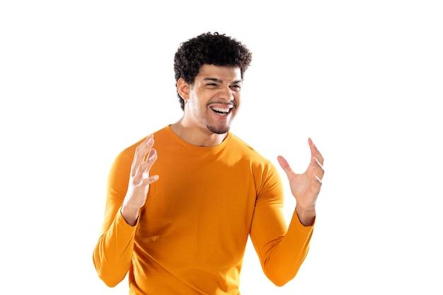 いくつかの陽気な冗談で大声で笑い、幸せで陽気に感じ、孤立した楽しみを持っている若いアフリカ系アメリカ人の黒人男性