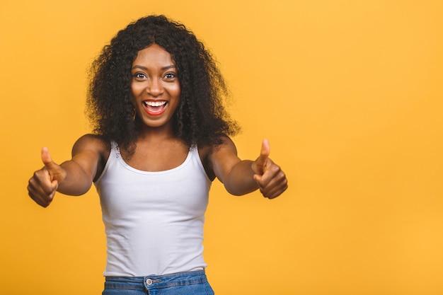 親指ジェスチャーを与える若いアフリカ系アメリカ人の黒人女性