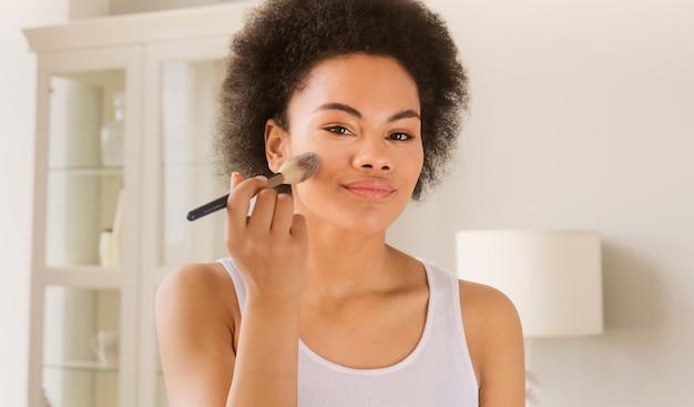 젊은 아프리카 계 미국인 흑인 여성 아름다움 루틴 서 메이크업