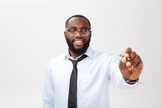 표시와 함께 유리 보드에 뭔가 쓰는 젊은 아프리카 계 미국인 비즈니스 사람.