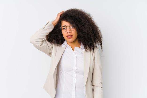 若いアフリカ系アメリカ人のビジネスウーマンはショックを受けて、彼女は重要な会議を思い出しました。