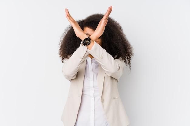 두 팔을 유지하는 젊은 아프리카 계 미국인 비즈니스 우먼 넘어