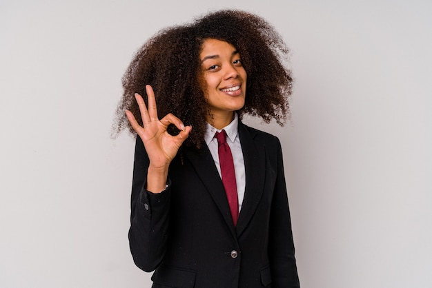 흰색 배경에 고립 된 양복을 입고 젊은 아프리카 계 미국인 비즈니스 여자 명랑 하 고 확신 보여주는 확인 제스처.