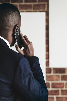 電話で若いアフリカ系アメリカ人の実業家